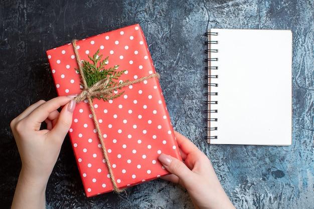 Weihnachtsgeschenk von oben mit notizbuch