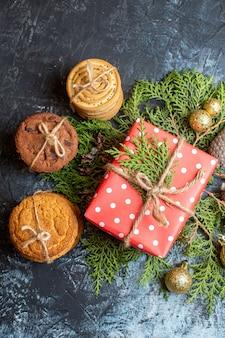Weihnachtsgeschenk von oben mit verschiedenen keksen