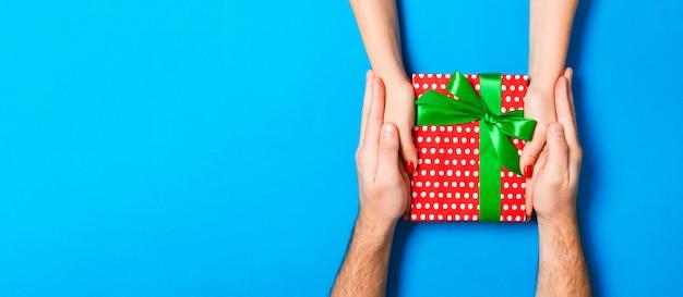 Weihnachtsgeschenkbox auf blau, draufsicht