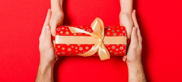 Weihnachtsgeschenkbox auf buntem hintergrund