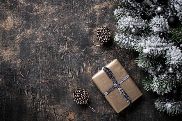 Weihnachtsgeschenkbox auf dunklem hintergrund