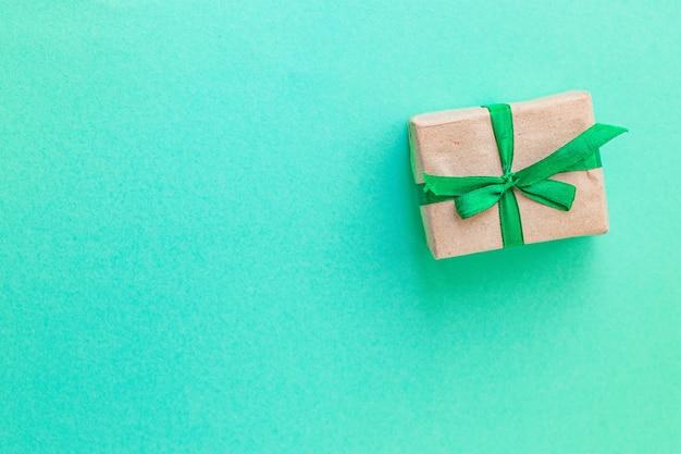 Weihnachtsgeschenkbox auf grünem hintergrund