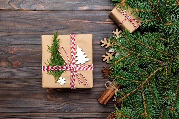 Weihnachtsgeschenkbox auf holzbrettern