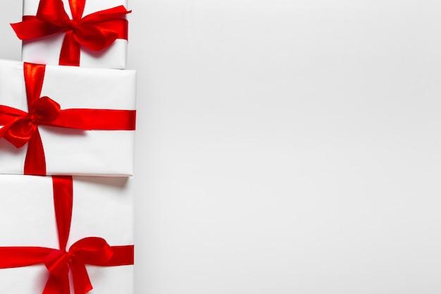 Weihnachtsgeschenkbox auf tablette, hintergrund mit copyspace