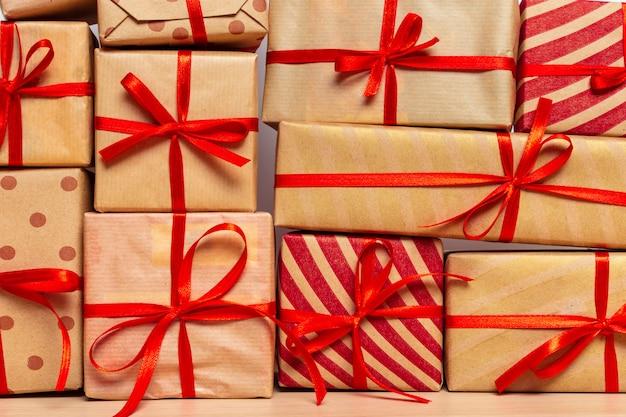 Weihnachtsgeschenkbox auf tablette