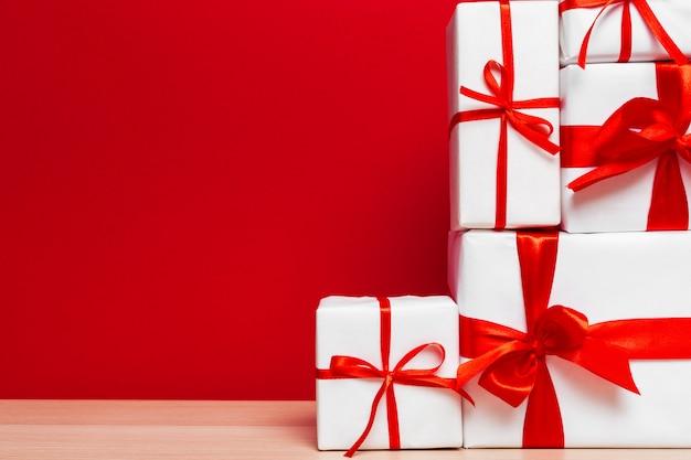 Weihnachtsgeschenkbox auf tablettenhintergrund mit copyspace