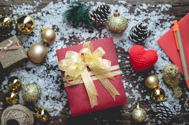 Weihnachtsgeschenkbox auf weihnachtszusammensetzung auf holztisch masern hintergrund.