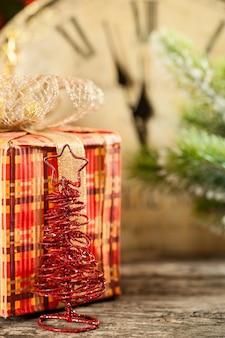 Weihnachtsgeschenkbox gegen alte uhr