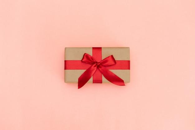 Weihnachtsgeschenkbox gegen türkis bokeh hintergrund.