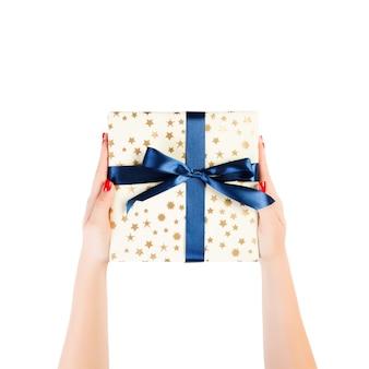 Weihnachtsgeschenkbox in frauenhand