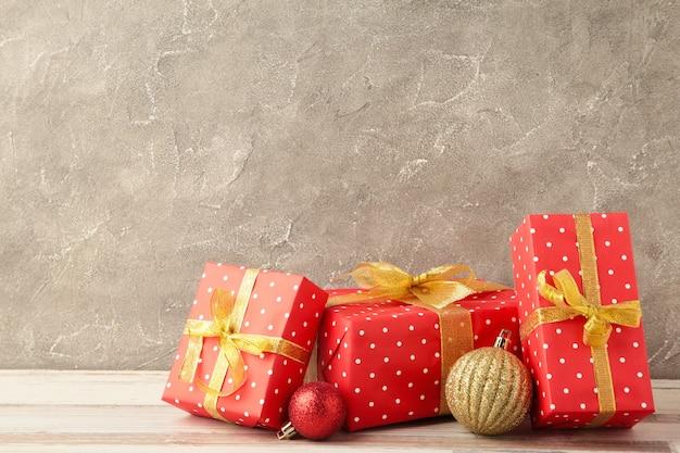 Weihnachtsgeschenkbox mit dekoration auf grauem betonhintergrund