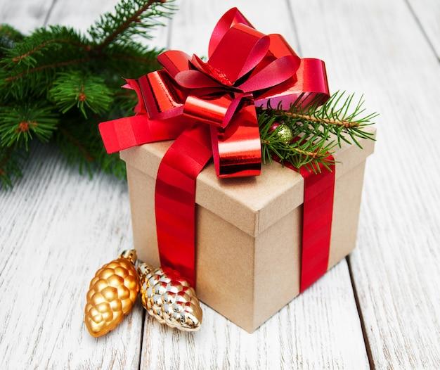 Weihnachtsgeschenkbox mit dekorationen