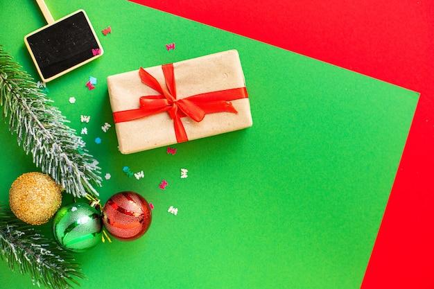 Weihnachtsgeschenkbox mit dekorativen elementen