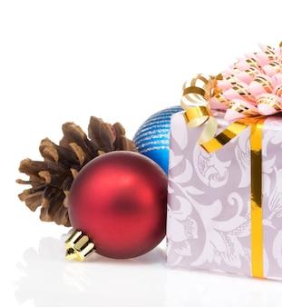 Weihnachtsgeschenkbox mit kugeln auf weißem hintergrund