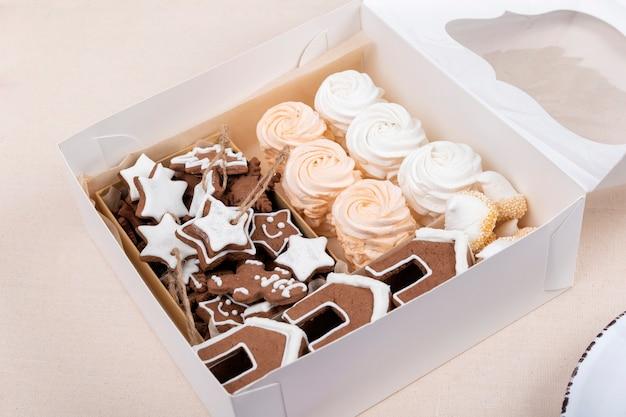 Weihnachtsgeschenkbox mit lebkuchen und marshmallows.