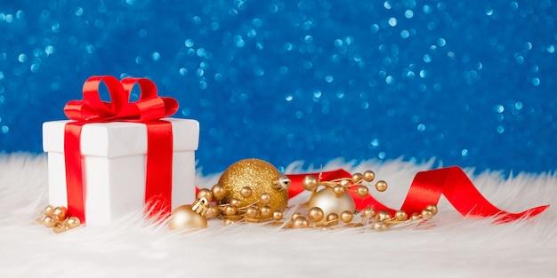 Weihnachtsgeschenkbox oder geschenk mit schleifenband auf magischem türkisfarbenem bokeh