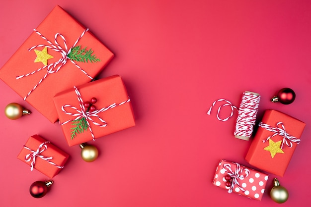 Weihnachtsgeschenkbox, rote und goldene bälle auf rotem hintergrund.