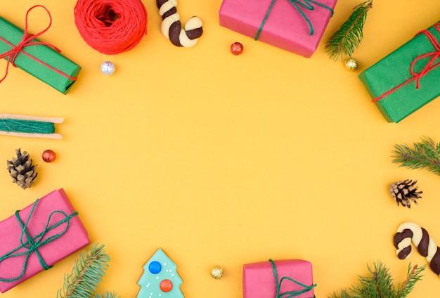 Weihnachtsgeschenkbox-sammlung mit kiefer
