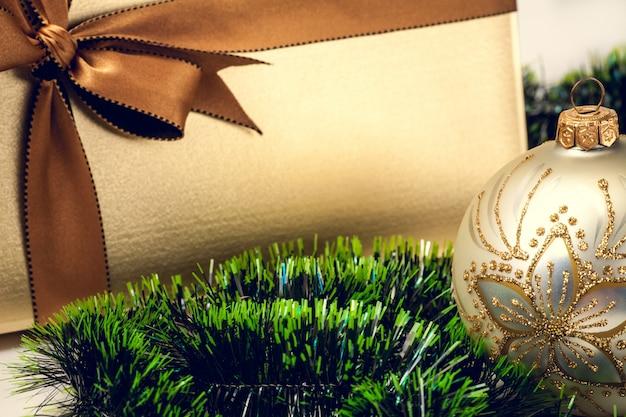 Weihnachtsgeschenkbox, tannenbaum und verzierungen