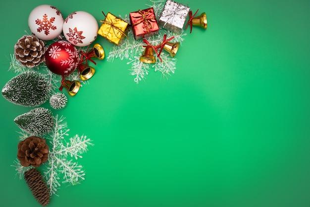 Weihnachtsgeschenkbox und -baum mit goldenen glocken, kiefernkegeln, rotem und weißem ball
