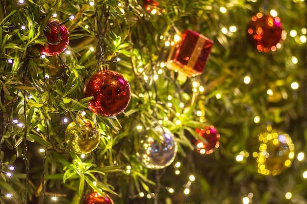 Weihnachtsgeschenkbox und -dekoration mit baumhintergrund-beschaffenheitsraum