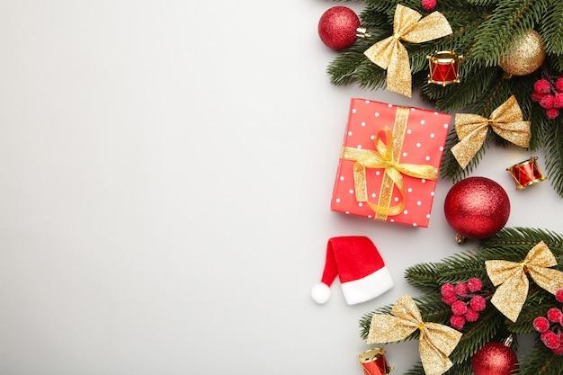 Weihnachtsgeschenkbox und dekorationen. draufsicht.