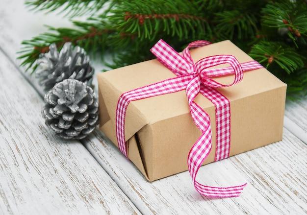 Weihnachtsgeschenkbox und -dekorationen