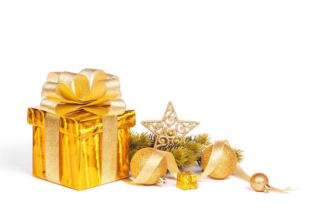 Weihnachtsgeschenkbox und kugeln lokalisiert auf weißer oberfläche