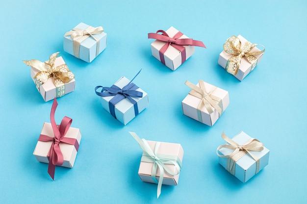 Weihnachtsgeschenkboxen auf blauer oberfläche