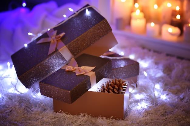 Weihnachtsgeschenkboxen auf dem weichen teppich, indoor