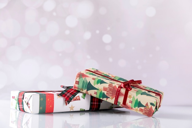 Weihnachtsgeschenkboxen auf hellem hintergrund