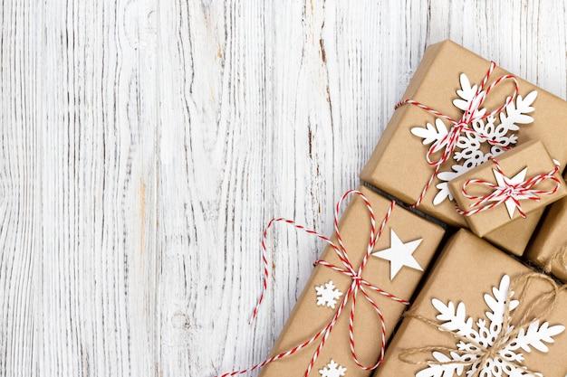 Weihnachtsgeschenkboxen auf holztisch, draufsicht