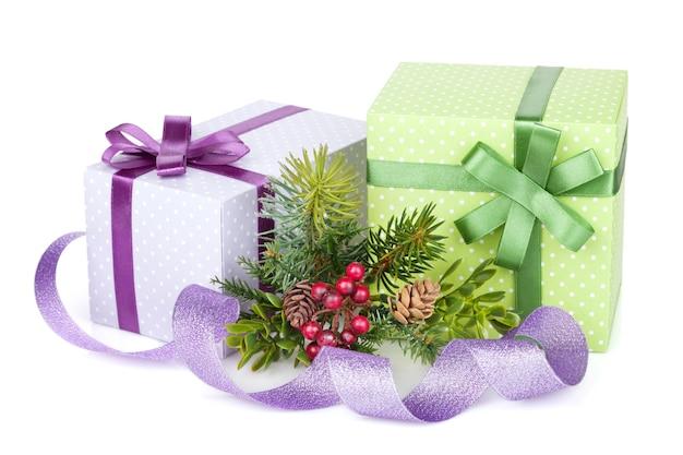Weihnachtsgeschenkboxen, -dekor und -baum. isoliert auf weißem hintergrund