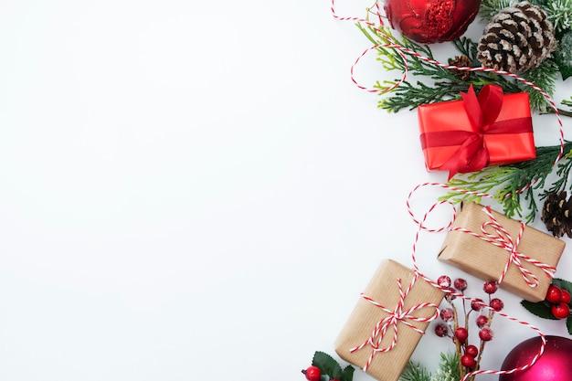 Weihnachtsgeschenkboxen eingewickelt im kraftpapier, auf weißem hintergrund.