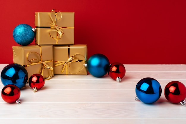 Weihnachtsgeschenkboxen gegen vorderansicht des roten hintergrunds