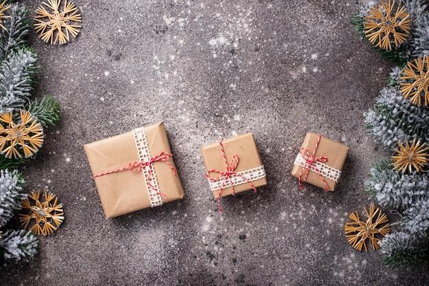 Weihnachtsgeschenkboxen im kraftpapier mit weihnachtsverzierungen