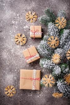 Weihnachtsgeschenkboxen im kraftpapier