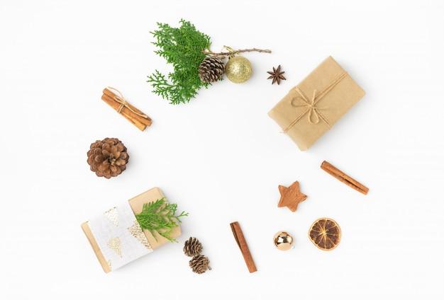 Weihnachtsgeschenkboxen in der handwerkspapierkieferkegel-wacholderbuschzimt-verzierungskugel