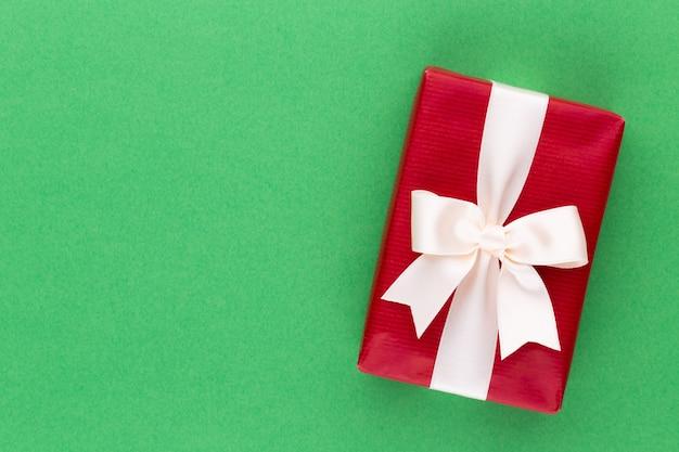 Weihnachtsgeschenkboxen mit bändern auf farbtischplatte