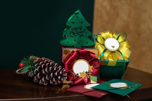 Weihnachtsgeschenkboxen mit dekorationen an der rezeption in einem schönheitssalon, geschäft oder büro. chrismas glückwunsch geschäftskonzept. nahaufnahmefoto