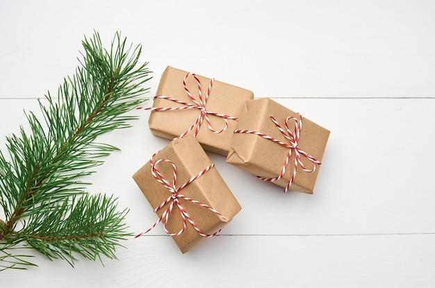 Weihnachtsgeschenkboxen mit kiefernzweig auf weiß