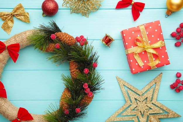 Weihnachtsgeschenkboxen mit kranz und dekorationen auf blau