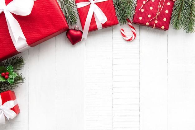 Weihnachtsgeschenkboxen mit verzierenden verzierungen auf weißem hölzernem hintergrundgrenzdesign