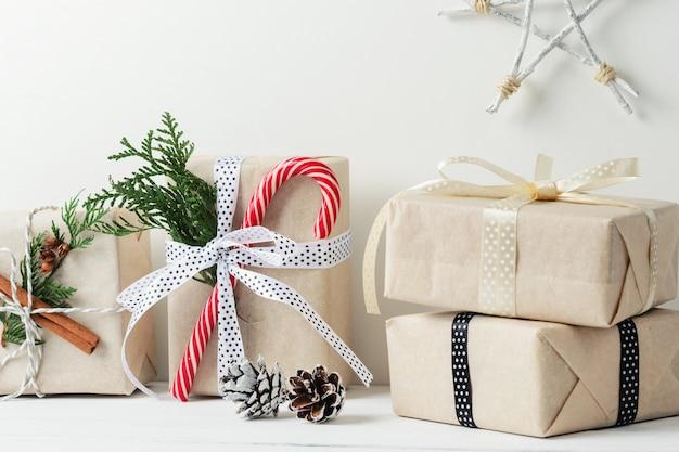Weihnachtsgeschenkboxen und -dekorationen auf weißem hölzernem