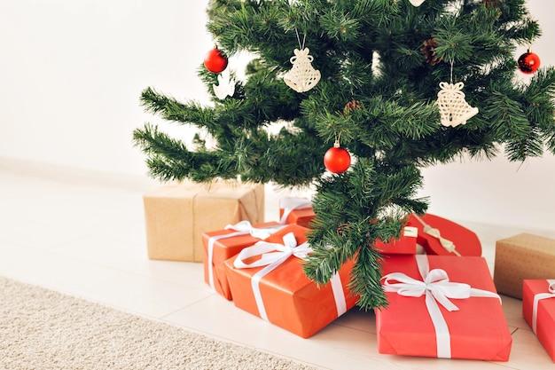 Weihnachtsgeschenkboxen und tannenbaum, ansicht von oben.