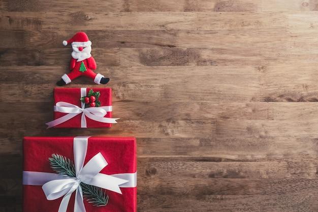 Weihnachtsgeschenkboxen und verzierte einzelteile auf hölzernem hintergrund