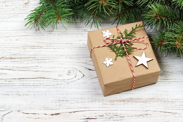 Weihnachtsgeschenkboxen, weihnachtsdekor und tannenbaum auf weißer hölzerner, draufsicht