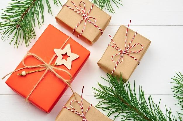 Weihnachtsgeschenkboxzusammensetzung mit kiefernzweigen auf weiß