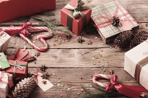 Weihnachtsgeschenke auf altem holztisch