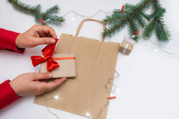 Weihnachtsgeschenke auf dem tisch